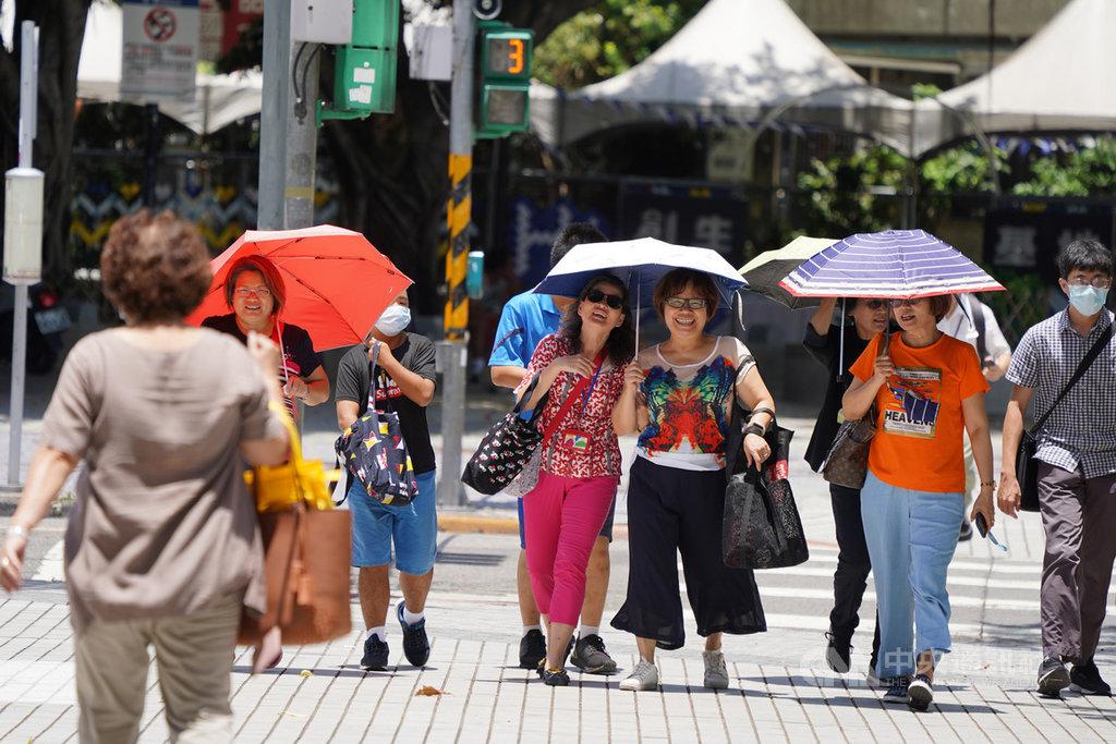 受到太平洋高壓及西南風沉降影響,台北市28日午後氣溫飆到攝氏38度;民眾外出時撐傘遮陽。中央社記者徐肇昌攝 109年6月28日