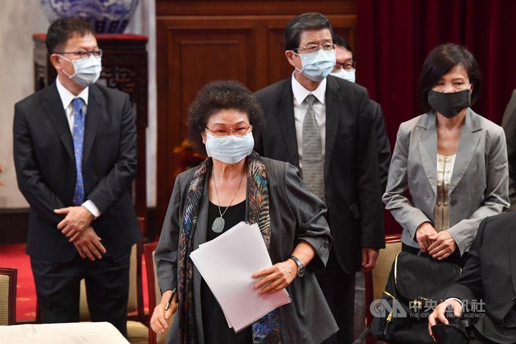 監察院長被提名人陳菊(前左)28日表示,面對惡意的抹黑與攻訐不會退縮,國民黨以攻訐她為藉口癱瘓臨時會,阻礙國家前進,並非國人樂見。中央社記者林俊耀攝 109年6月22日