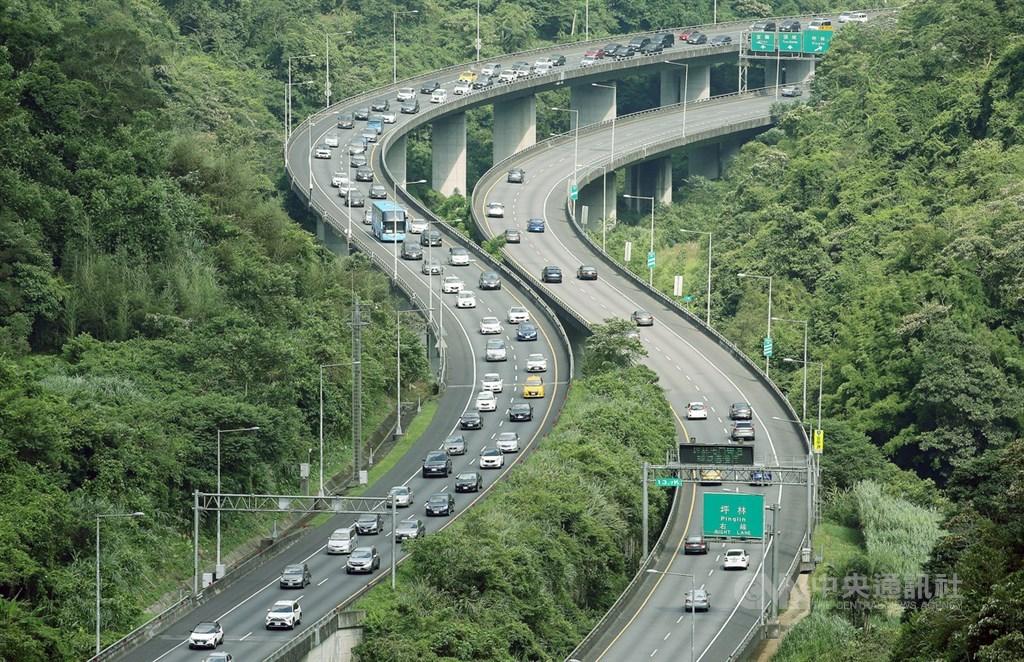 28日是端午連續假期最後一天,根據高公局即時路況資訊,上午8時多,國5頭城至坪林已塞車,車輛時速不到40公里。(中央社檔案照片)