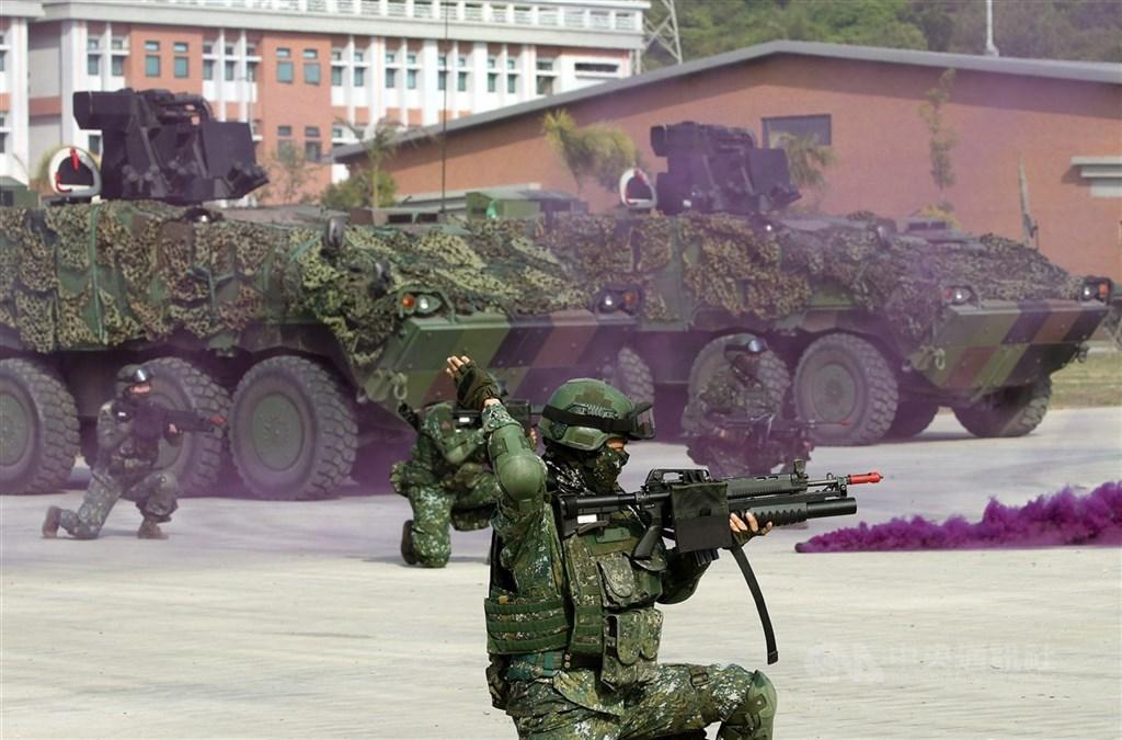 漢光36號演習將在7月13日至17日登場,今年將著重「一個營就能出去戰鬥」的聯合兵種營演練。圖為聯合兵種營演練,雲豹裝甲步兵戰鬥車載送官兵抵達陣地發動攻擊。(中央社檔案照片)