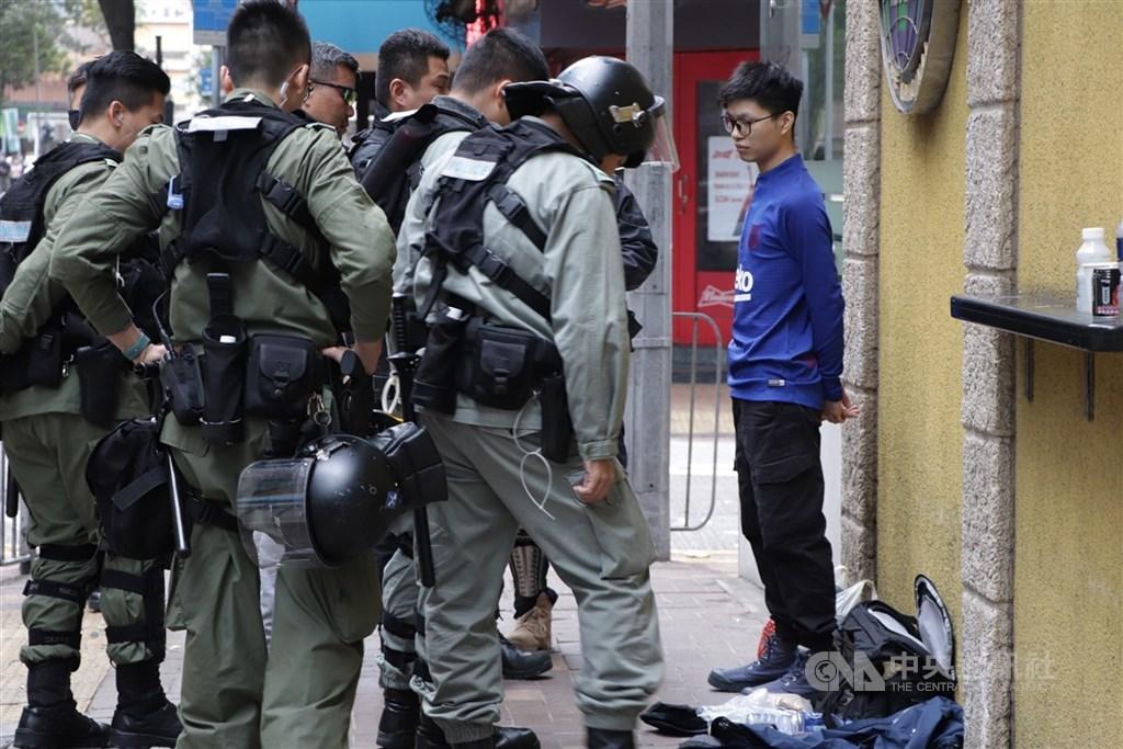 港媒報導,目前香港政界盛傳「港區國安法」對分裂和顛覆國家政權罪的最重刑罰,將處終身監禁。圖為香港防暴警察搜查示威者。中央社記者張謙香港攝 109年1月1日