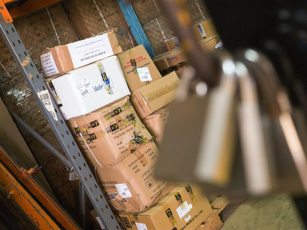 快遞包裹實名認證新制5月16日上路,統計一個多月來,有2.8萬人被通知後仍未辦理且再被查獲,若無法及時補辦,包裹可能遭退運。(示意圖/圖取自Unsplash圖庫)
