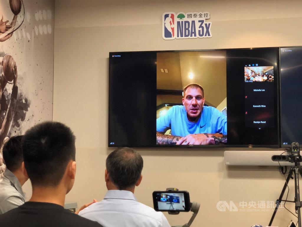 美國職籃(NBA)退役球星威廉斯(Jason Williams)29日為「國泰NBA 3x」三對三籃球賽宣傳,以視訊連線的方式參與記者會,威廉斯說,期待有機會再度訪台。中央社記者黃巧雯攝  109年6月29日