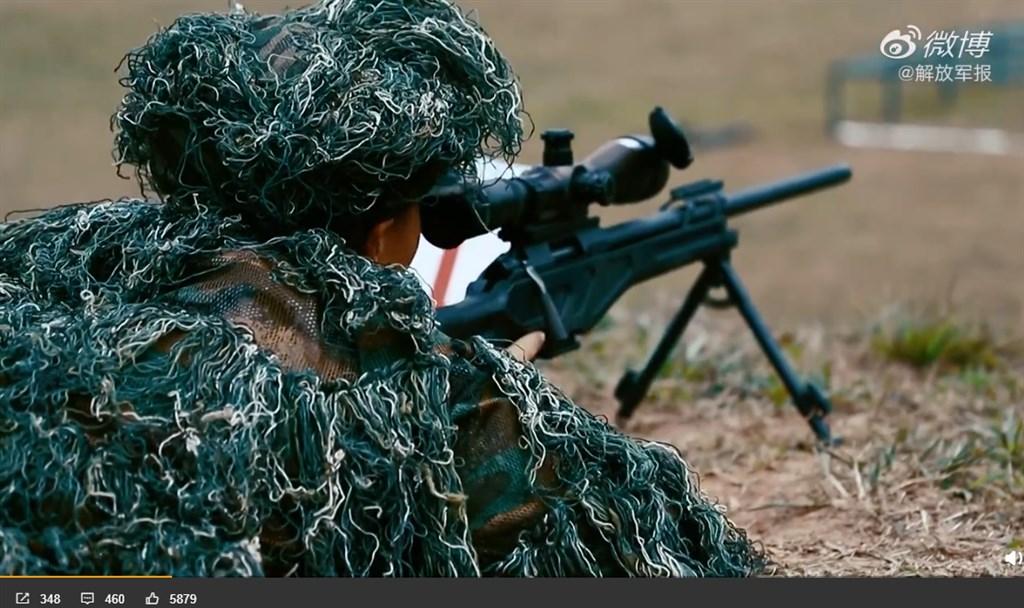 解放軍報28日在其新浪微博帳號,公布一段近2分鐘的影片,內容是駐港部隊狙擊手的實彈訓練情況。(圖取自解放軍報微博weibo.com/jfjb)