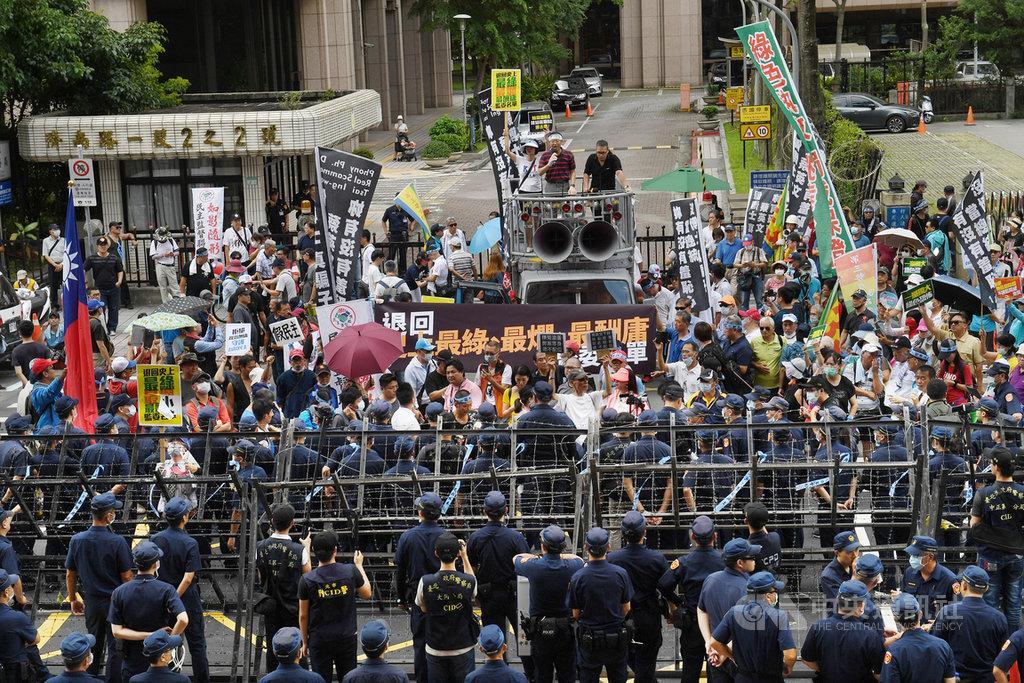 國民黨立委因不滿監委提名人事,28日突襲占領立法院議場表達抗議,29日上百名國民黨的支持者聚集在立法院外,高舉布條和旗幟聲援。中央社記者施宗暉攝  109年6月29日