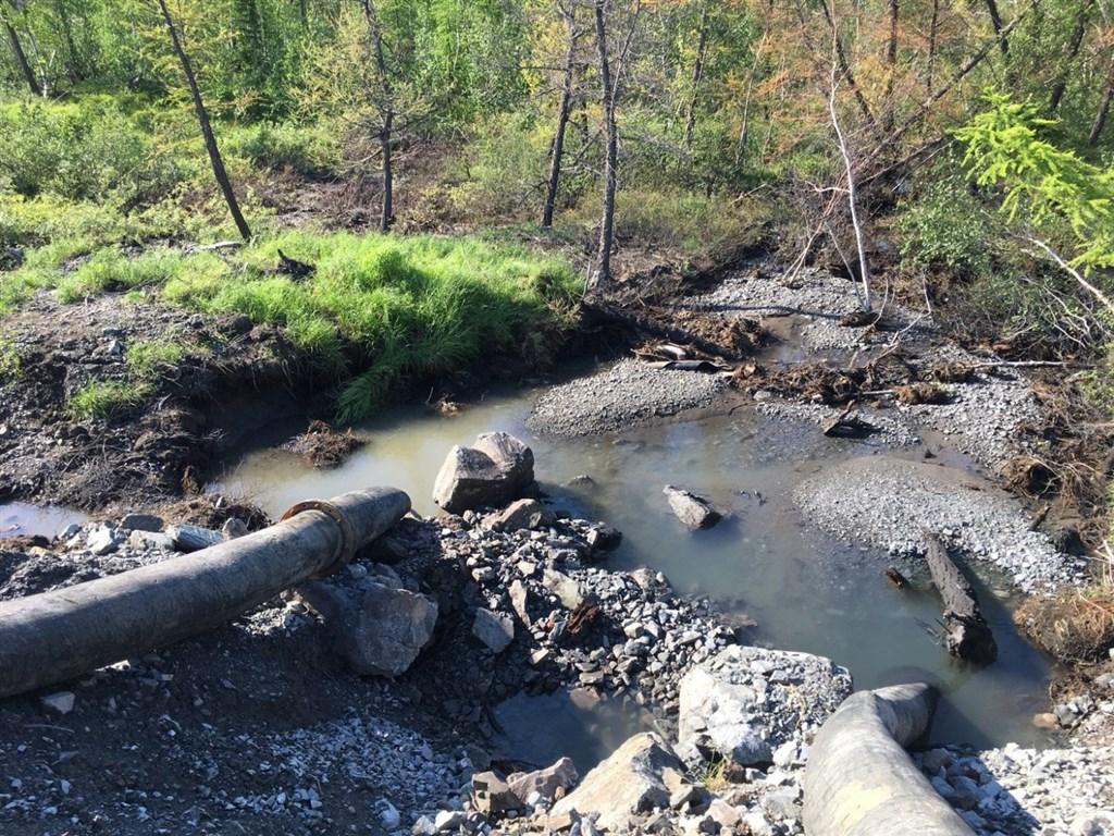 俄羅斯礦業巨擘諾里爾斯克鎳業公司5月爆發大規模漏油事件,如今再被爆出在北極凍原偷排廢水。(圖取自twitter.com/greenpeaceru)