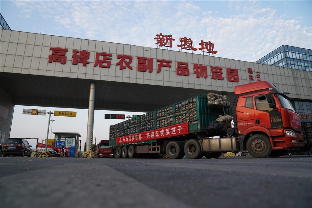 北京市豐台區一隔離點出現23起病例,都是新發地市場牛羊肉綜合大樓工作人員,因此將延長對大樓相關人員的隔離時間。(檔案照片/中新社提供)