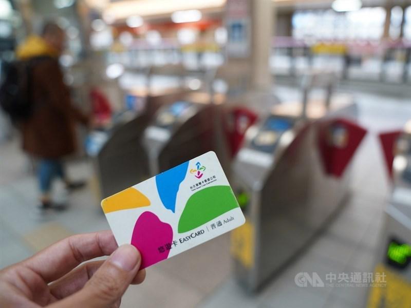 根據經濟部提供的資料,悠遊卡與有錢卡不約而同推出綁定卡片後,消費滿3000元,可享最高300元的加碼回饋。(中央社檔案照片)