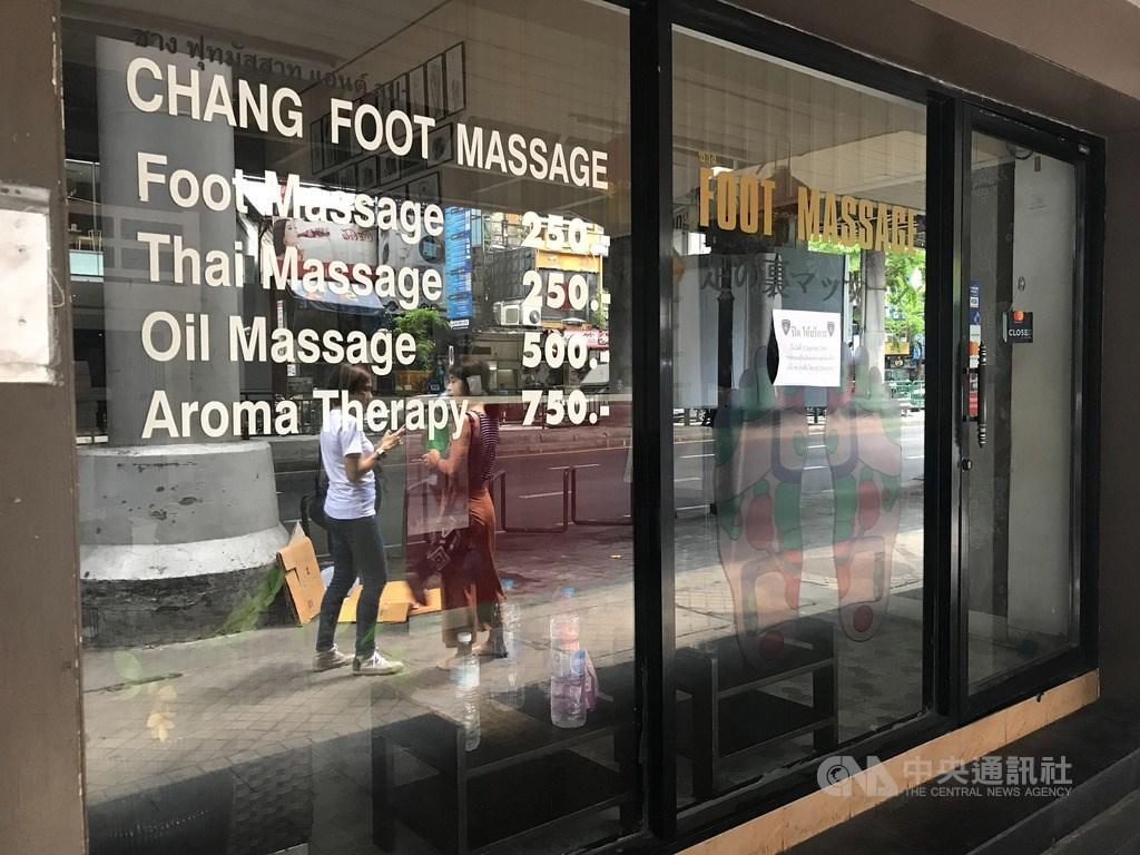 泰國7月起將全面開放商業和娛樂活動,並讓特定外國人士入境,但為了避免出現第2波疫情,泰國內閣會議30日通過將緊急狀態延長到7月底。圖為曼谷席隆區關門的按摩店。中央社記者呂欣憓曼谷攝 109年5月29日