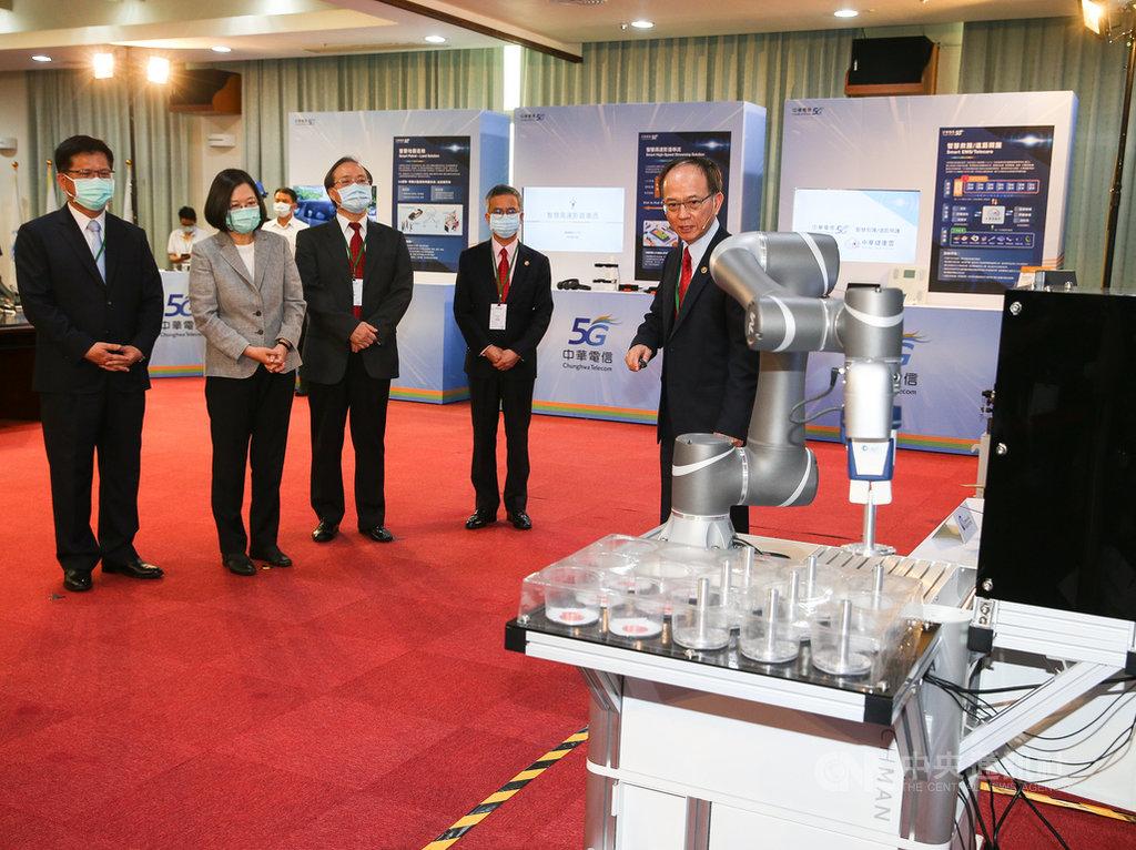中華電信30日舉行5G啟用典禮,總統蔡英文(左2)、交通部長林佳龍(左)出席,參觀現場展示的5G相關應用服務。中央社記者謝佳璋攝 109年6月30日