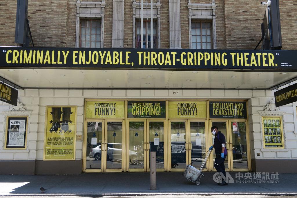 百老匯劇院熄燈3個半月後,美東時間29日宣布因2019冠狀病毒疾病疫情關係,2020年不會恢復演出。圖為熄燈前試演舞台劇「劊子手」的高登劇院。中央社記者尹俊傑紐約攝 109年6月30日