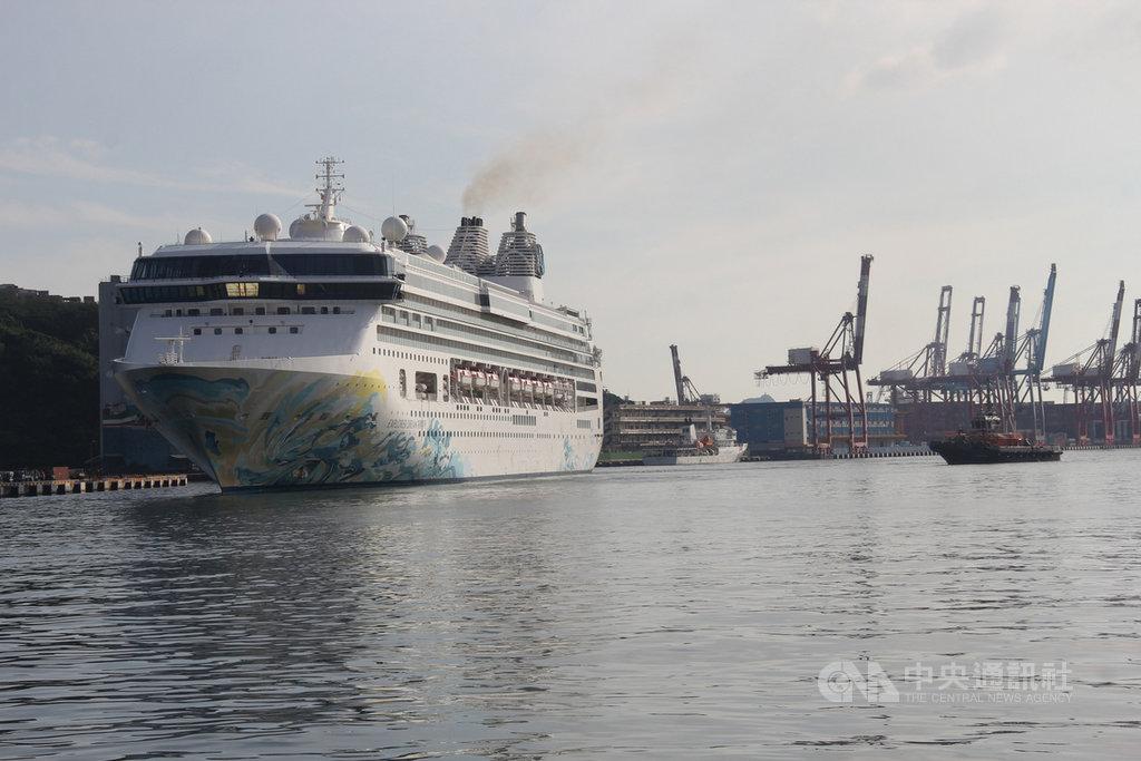 星夢郵輪旗下的「探索夢號」從馬來西亞巴生港出發,30日上午7時15分航入基隆港,上午7時45分靠泊西3碼頭。中央社記者王朝鈺攝  109年6月30日