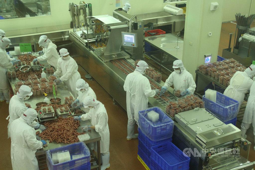 副總統賴清德30日前往位於台南市的黑橋牌食品觀光工廠參訪,圖為廠內肉品加工產線運作情況。中央社記者楊思瑞攝  109年6月30日