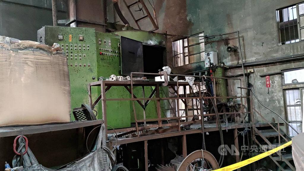 台中市一家鑄鐵工廠30日發生工安意外,一名泰國籍移工操作混砂機時,不慎摔落攪拌爐內受傷,遭轉軸擊中頭部,緊急送醫仍不治。(翻攝畫面)中央社記者蘇木春傳真 109年6月30日