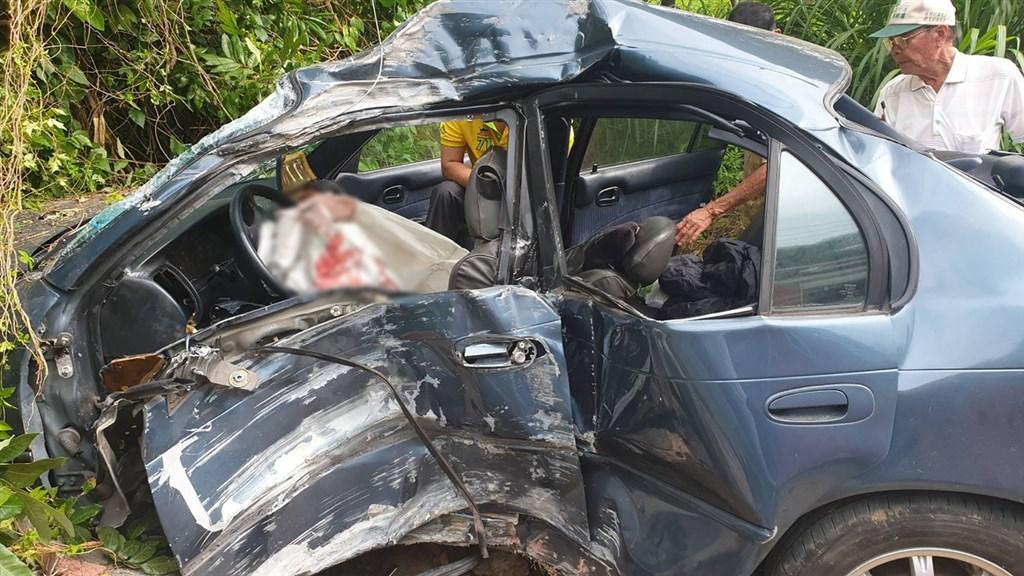 嘉義縣番路鄉大華公路瓦厝路段30日下午發生轎車衝撞路邊民宅圍牆車禍,車輛扭曲變形,前座安全氣囊爆開,造成車內一家3口中的1人死亡、2人受傷。(民眾提供)中央社記者蔡智明傳真 109年6月30日