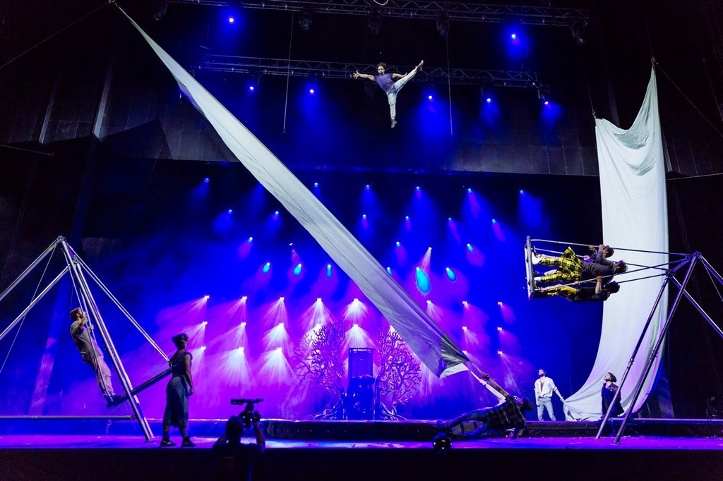 武漢肺炎肆虐全球,遠近馳名的加拿大現代馬戲團太陽劇團也受到疫情衝擊,收入驟減至零,29日宣布聲請破產保護。(圖取自facebook.com/CirqueduSoleil)