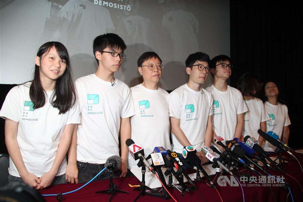 中國全國人大常委會通過「港區國家安全法」後,香港眾志的核心成員黃之鋒(左2 )、羅冠聰(左4)、周庭(左1)和敖卓軒等人,宣布退出眾志。圖為2016年眾志成立舉行記者會。(中央社檔案照片)