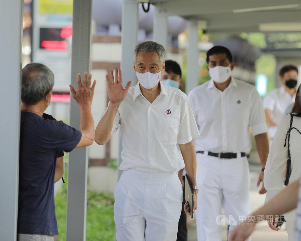 新加坡30日大選提名日,由11個政黨192名候選人競逐包括單選區與集選區共93席,圖為總理李顯龍(中)率宏茂橋集選區團隊赴提名站進行提名登記。中央社記者黃自強新加坡攝 109年6月30日