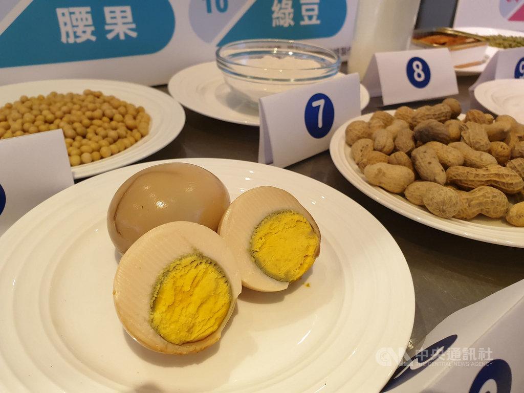 聯安診所近日公布一份包含1282筆慢性食物過敏檢測數據,發現台灣人飲食過敏原前3名為蛋白、蛋黃、花生。中央社記者陳偉婷攝 109年7月1日