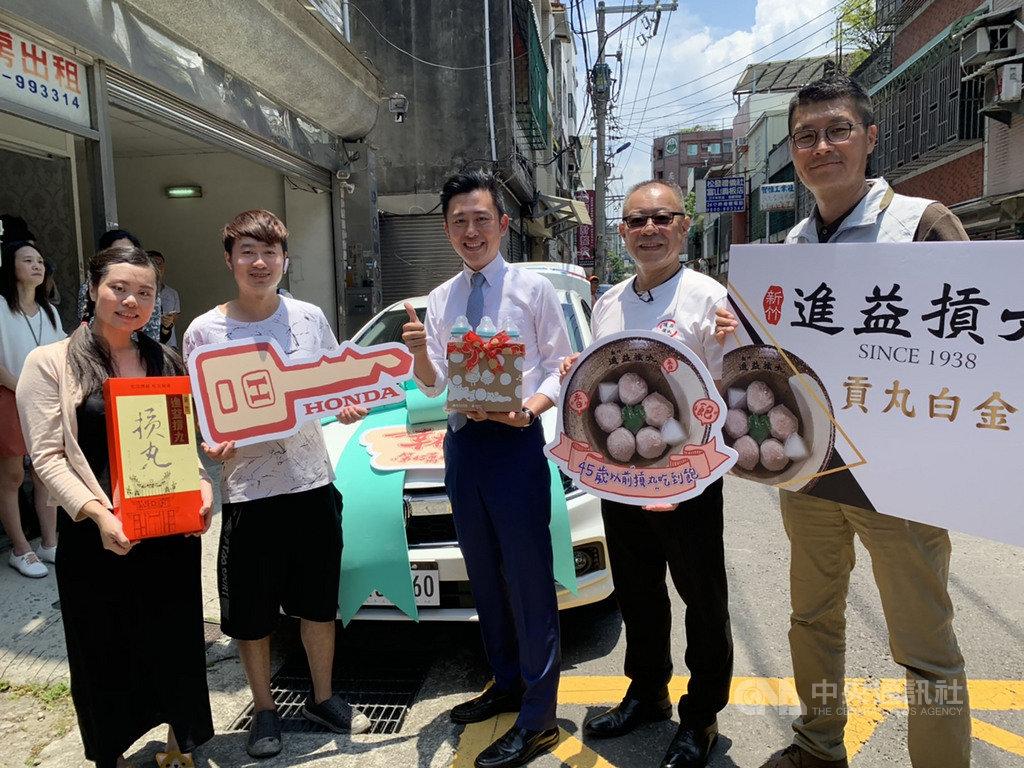 新竹市人口數突破45萬,為慶祝這名「幸運寶寶」誕生,市長林智堅(中)表示,這次市府特別準備大禮,除送一輛轎車外,還有知名摃丸店提供「免費吃摃丸到45歲」禮物。中央社記者郭宣彣攝 109年7月1日