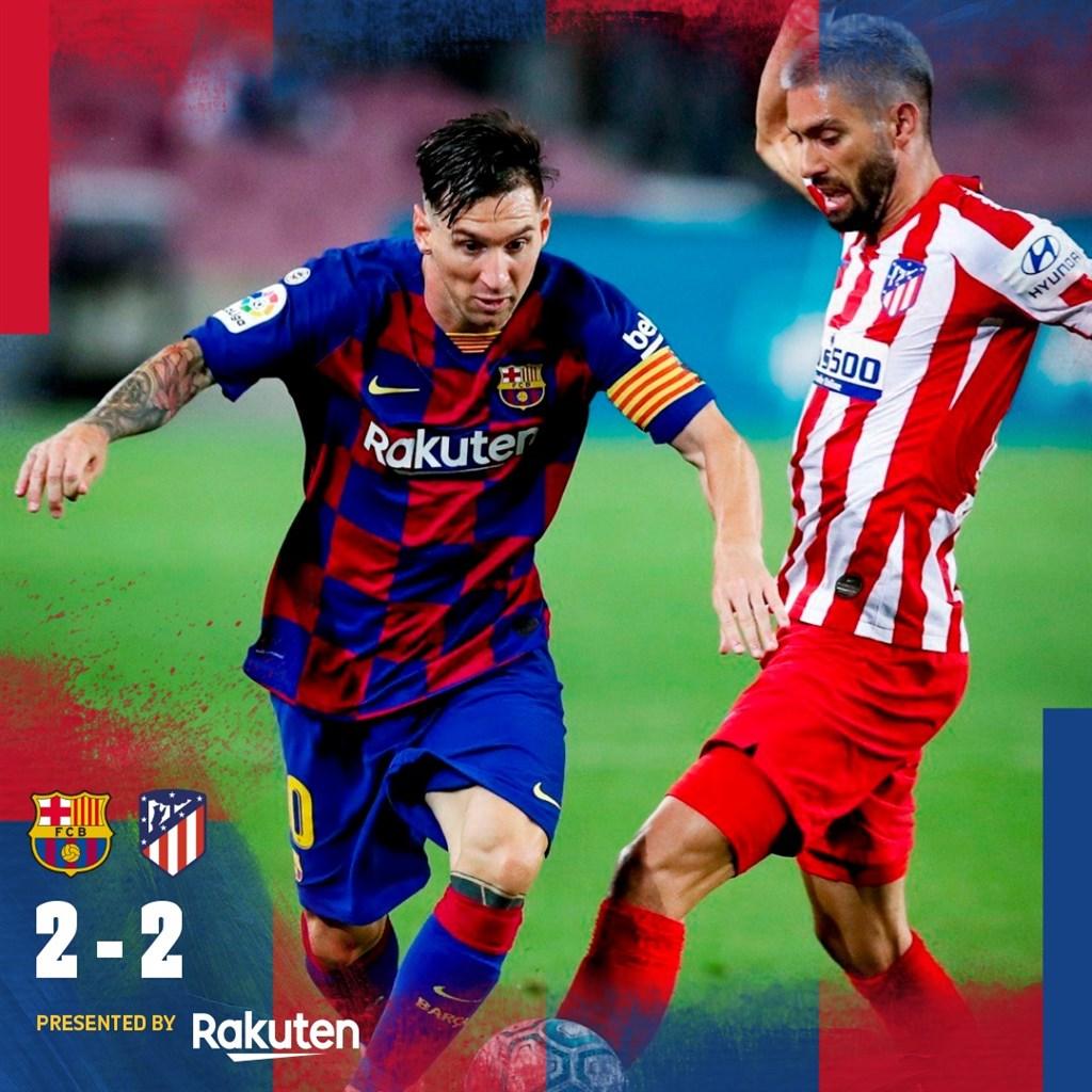 阿根廷足球巨星梅西(左)1日攻進他生涯第700個進球,但所屬的巴塞隆納遭馬德里競技以2比2踢平,無緣登上西甲龍頭寶座。(twitter.com/FCBarcelona)