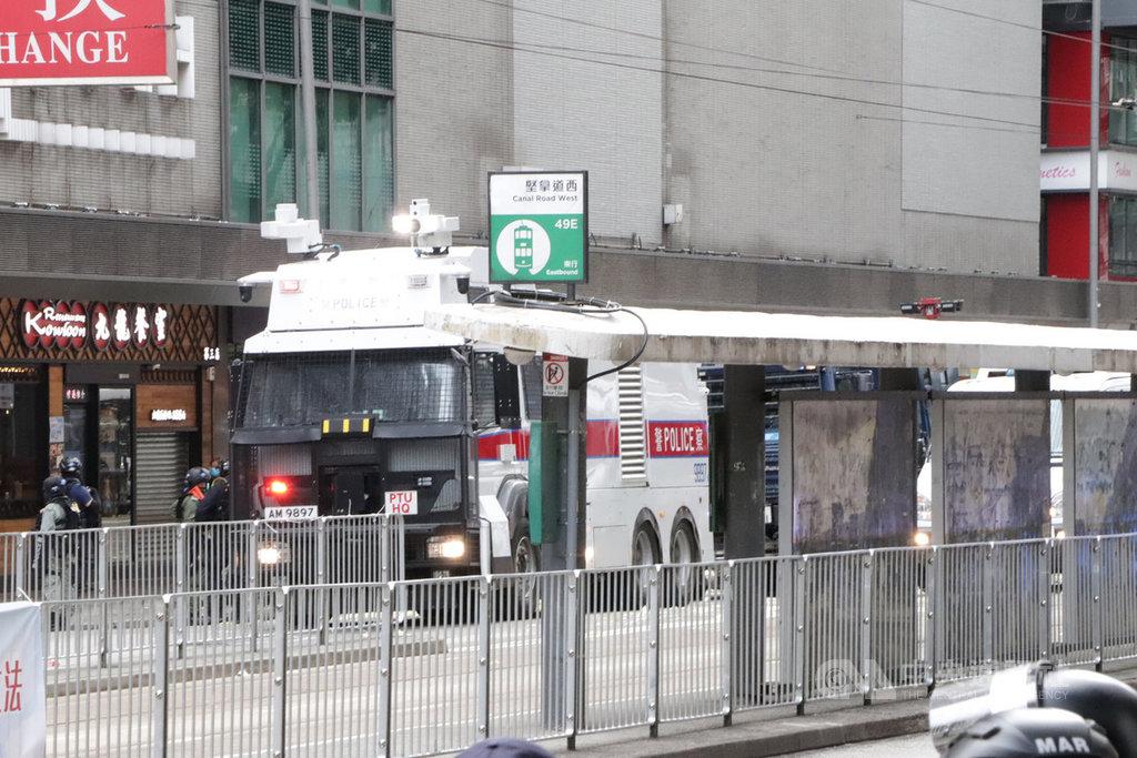 「港區國安法」生效後,在主權移交23週年紀念日這一天,不少香港市民下午仍前往銅鑼灣崇光百貨一帶示威遊行,並高呼「香港獨立」口號;警方數度舉旗警告後,於下午2時許出動水砲車驅散人群。圖為警方出動水砲車在銅鑼灣戒備。中央社記者張謙香港攝 109年7月1日