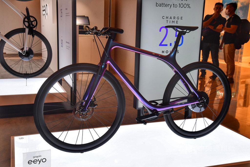台灣電動機車品牌Gogoro,1日在台北101舉行記者會,發表Gogoro Eeyo智慧電動單車,超輕量的碳纖維車架,讓操控更加靈活自如。中央社記者王飛華攝 109年7月1日