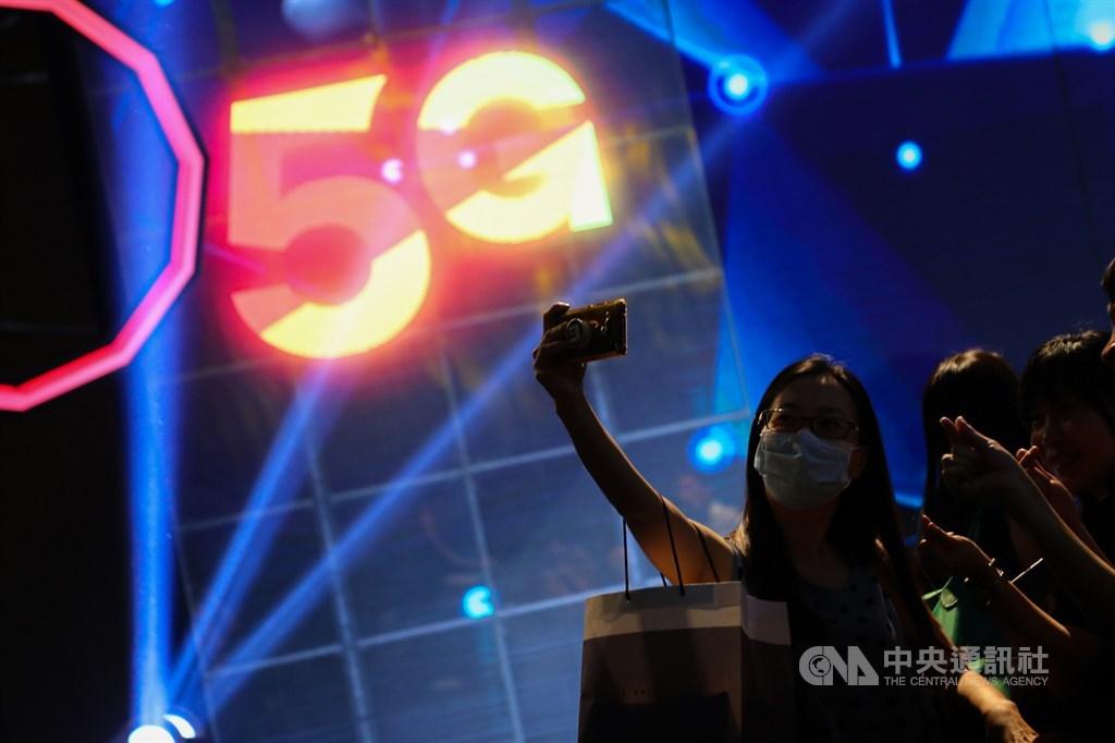 中華電信、台灣大哥大6月30日先後舉行5G開台記者會,宣告台灣電信業5G時代來臨,可望集結旗下電信、網路、媒體與電子商務、娛樂等業務,提升用戶的使用體驗。中央社記者王騰毅攝 109年6月30日