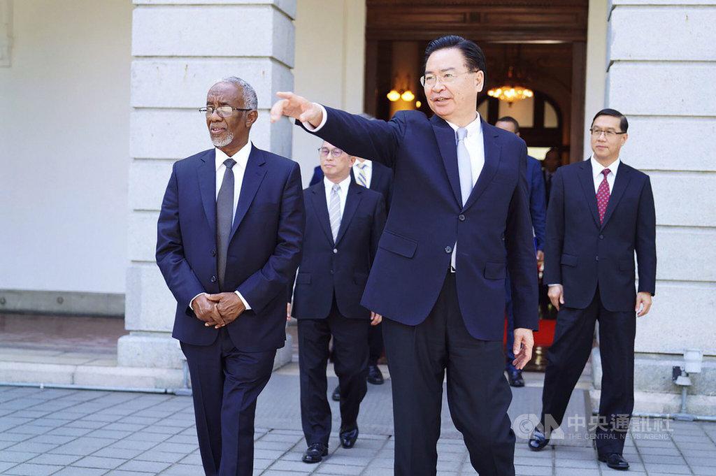 索馬利蘭外長穆雅辛(H.E Yasin Hagi Mohamoud)(前左)2月23日訪台,與外交部長吳釗燮(前右)簽署議定書,雙方將互設代表處。(外交部提供)中央社記者陳韻聿傳真 109年7月1日