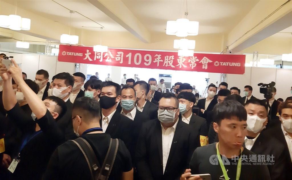 大同公司30日舉行股東常會改選董事,因市場派多數股權遭公司刪除,無法投票支持董事人選,在會場抗議。中央社記者潘智義攝 109年6月30日