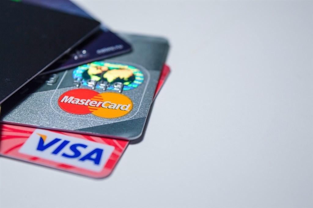 振興三倍券1日開放預購、綁定,很多人一早上網搶登錄各家銀行信用卡加碼回饋方案。(示意圖/圖取自Pixabay圖庫)