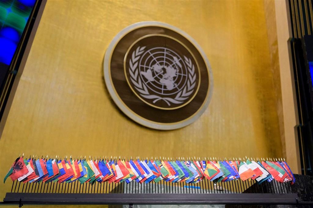 英國和20多個西方國家30日在聯合國人權理事會敦促中國重新考慮在香港實施新國安法。圖為聯合國徽章及會員國國旗。(圖取自facebook.com/unitednations)