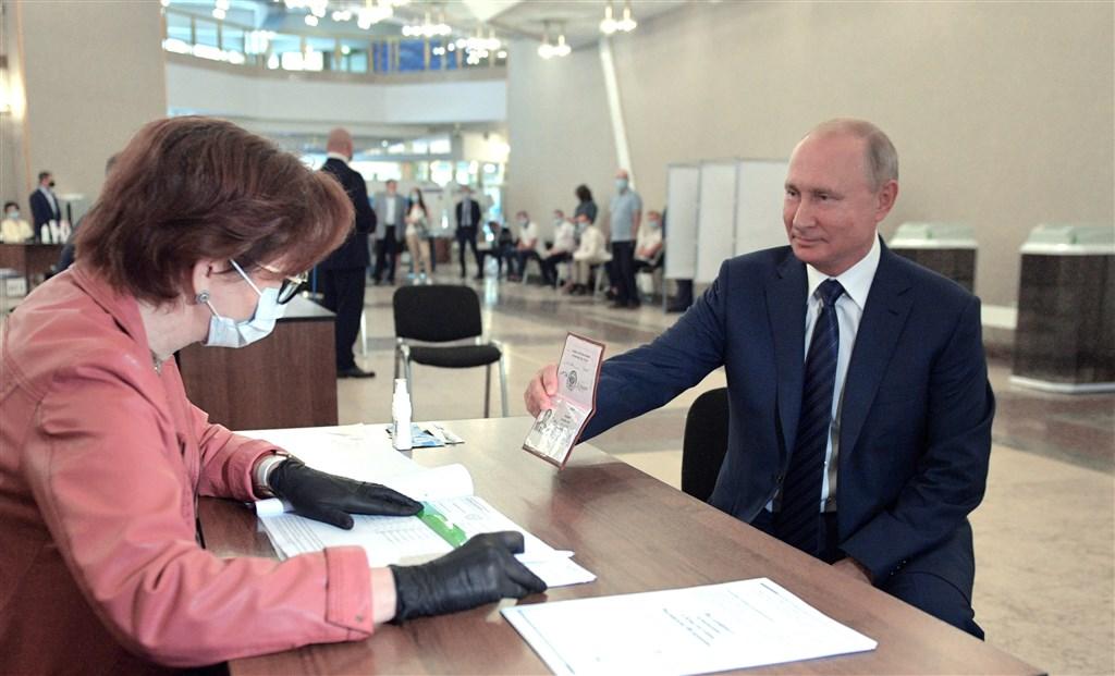 俄羅斯修憲公投完成投票,78%選民投票支持修憲。圖為俄羅斯總統蒲亭(前右)到投票所投票。(圖取自twitter.com/KremlinRussia_E)