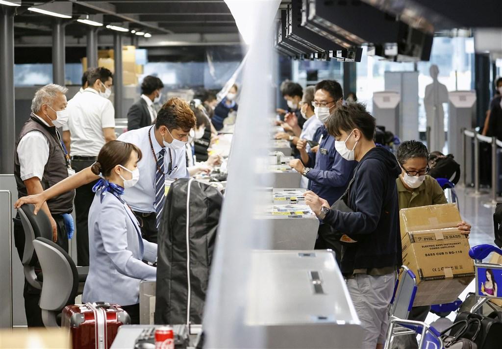日本目前考慮鬆綁的首波名單有越南、泰國等國。台灣可望成為繼越、泰之後第3個日本鬆綁入境對象。圖為成田機場旅客辦理登機。(共同社提供)