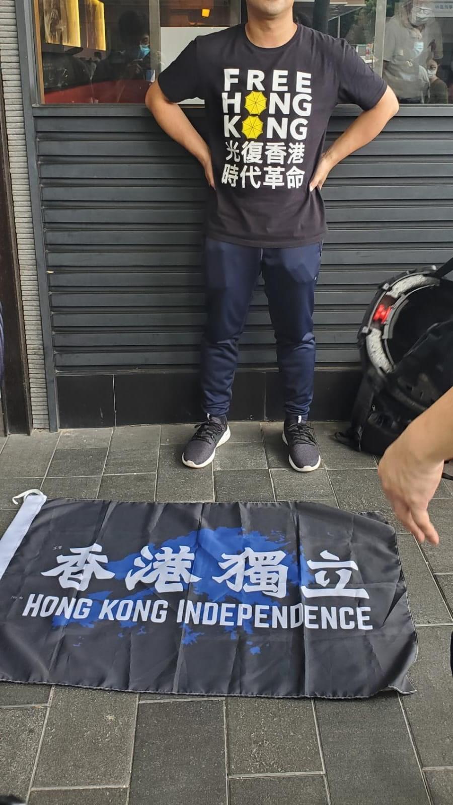 「港區國安法」公布生效後,不少港人1日在銅鑼灣崇光百貨一帶遊行抗議。香港警方表示,一名男子當場被搜出港獨旗幟,因涉嫌違反港區國安法被捕。(圖取自facebook.com/HongKongPoliceForce)