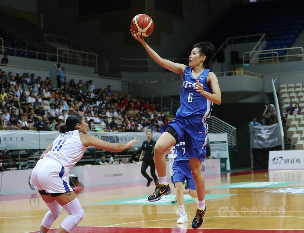 考量全球武漢肺炎疫情仍未趨緩,中華民國籃球協會宣布,2020年度威廉瓊斯盃國際籃球邀請賽將停辦。圖為2019年瓊斯盃女子組中華白與菲律賓交手。(中央社檔案照片)