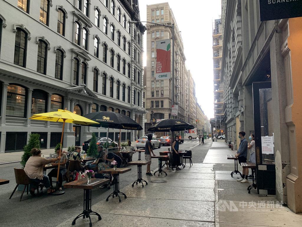 紐約市經濟重啟第二階段開放戶外用餐,獲准的餐飲業者可占用人行道與部分街道擺放桌椅。圖為6月29日曼哈頓熨斗區景觀。中央社記者尹俊傑紐約攝  109年7月2日