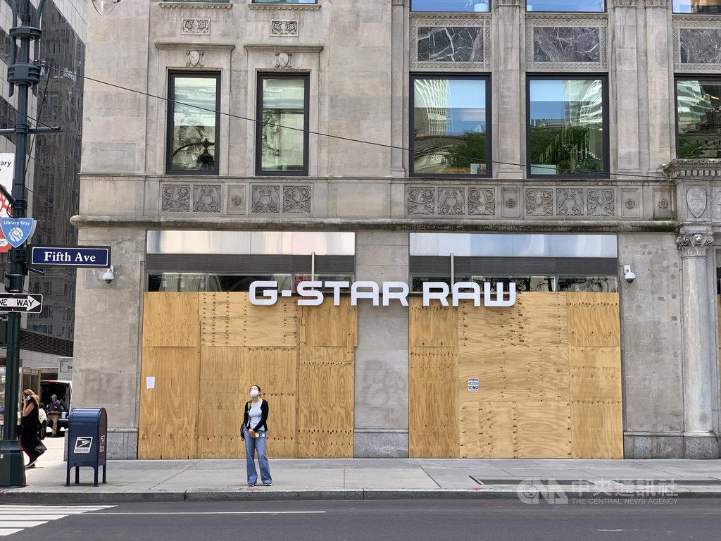 紐約市經濟重啟邁入第2階段,曼哈頓繁華的第五大道仍有商家釘上木板停業,凸顯景氣與就業復甦充滿挑戰。中央社記者尹俊傑紐約攝 109年7月2日