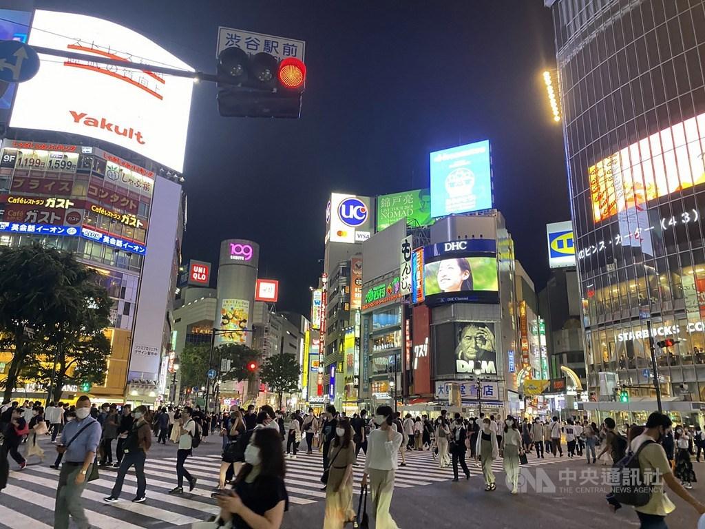 日本東京都武漢肺炎確診病例2日爆增到單日再破百例,讓知事小池百合子緊急呼籲居民避免前往「夜生活」地區等地。圖為年輕人愛逛的東京澀谷。(中央社檔案照片)