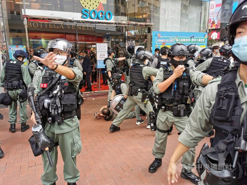 港府各部門正落實執行港區維護國家安全法,其中警務處作為執法單位,內部已成立國家安全處。圖為港警1日在銅鑼灣驅散及逮捕準備參與示威遊行人士。中央社記者張謙香港攝 109年7月1日