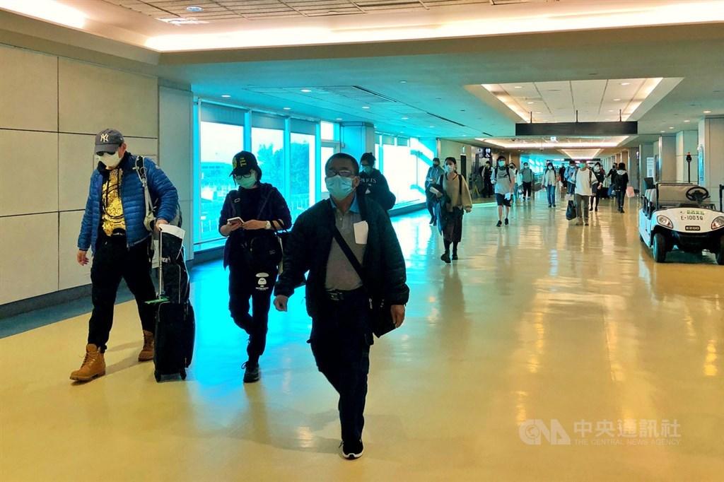 外籍人士申請來台需檢附登機前3天內武漢肺炎採檢陰性報告。疫情指揮中心2日宣布,已將3天內改為3個工作日。圖為3月16日旅客搭機入境情況。(中央社檔案照片)