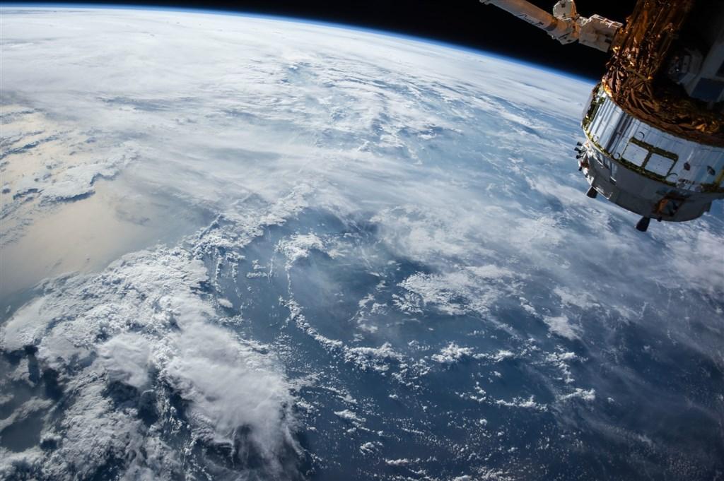 英格蘭華瑞克大學天文學者發現,一顆質量是地球39倍大的岩石行星,正以高速環繞恆星運行,推斷這是氣態行星大氣逸散後的殘存內核。(示意圖/圖取自Pixabay圖庫)