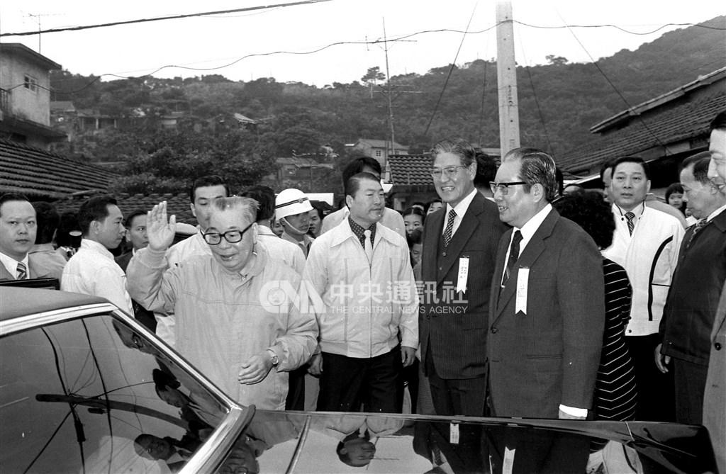 前考試院長邱創煥(前右1)在彰化田尾出生,他是故總統蔣經國(前左)當時推動提拔台籍菁英政策階段,相當被器重的政治人物之一。1981年11月14日蔣經國投票選舉台北市議員,與時任內政部長邱創煥以及市長李登輝(前右2)會面。(中央社檔案照片)