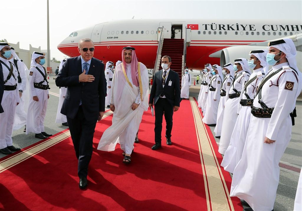 土耳其總統艾爾段(前左)2日飛往卡達,這是土耳其爆發武漢肺炎疫情以來他首度出訪。(安納杜魯新聞社提供)