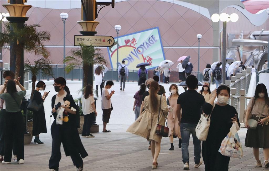 東京都2019冠狀病毒疾病病例居高不下,繼5月2日以來,2日再度出現單日新增逾百例確診病例的情況。圖為民眾戴口罩到東京迪士尼遊玩。(共同社提供)