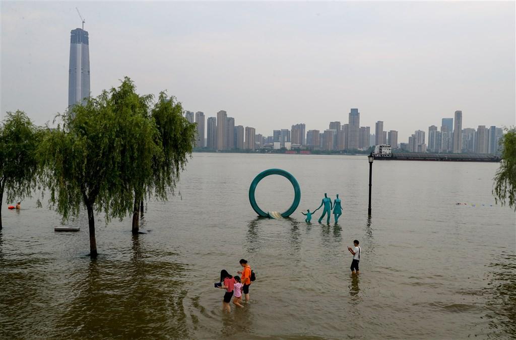 中國水利部2日宣布,今年長江「第1號洪水」在上游形成,武漢漢口江灘一處親水平台已被上漲水位淹沒。(中新社提供)