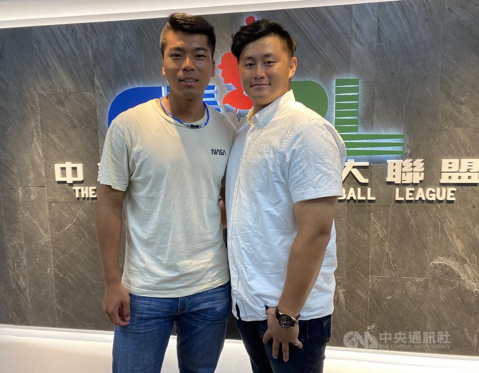 文化大學王牌投手姚杰宏(左)2日到中華職棒遞交選秀報名表,他表示,也會跟文化捕手搭檔蔣少宏(右)一起討論新練的變速球,希望自己更容易生存。中央社記者楊啟芳攝 109年7月2日