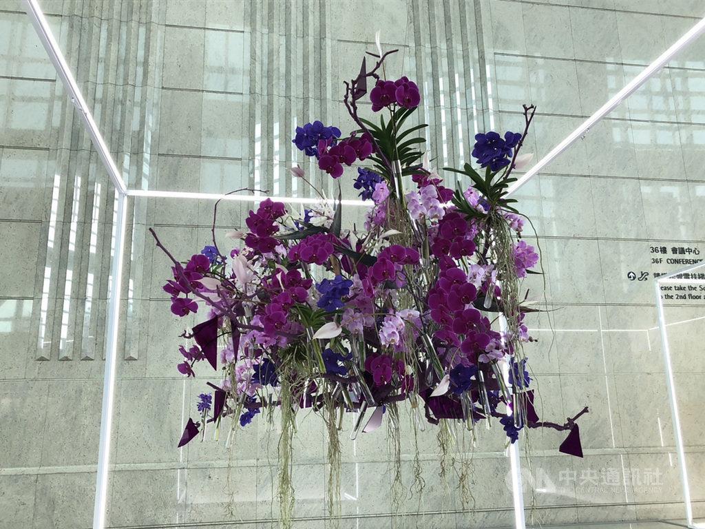 台北101於3日舉辦「台灣花卉與當代藝術的相遇」記者會。圖為台灣花藝新銳設計師李嘉偉、古文旻的花卉作品之一,把實驗室中培養箱的構圖概念運用到現場,並利用玻璃試管來供應花卉水分,不產生任何廢棄耗材。中央社記者蘇思云攝 109年7月3日