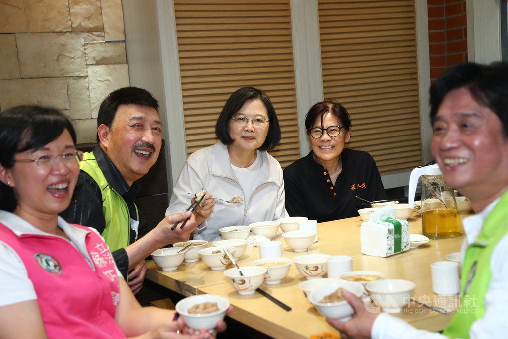 總統蔡英文(左3)3日在民進黨立委余天(左2)、蘇巧慧(左1)等人陪同下參訪深坑老街,並共同享用在地美食,推廣防疫新生活帶動觀光。中央社記者王騰毅攝 109年7月3日