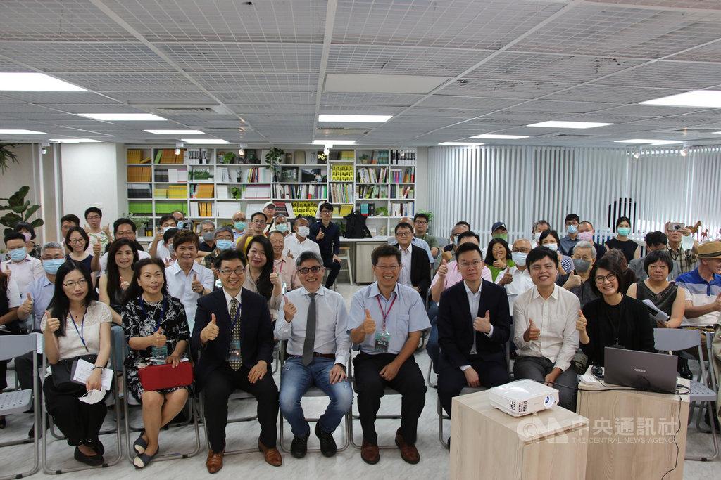 中台灣教授協會3日在台中舉辦「美中對抗下的台港局勢」論壇,民進黨副秘書長林飛帆(前右3)等人出席與會。中央社記者蘇木春攝 109年7月3日